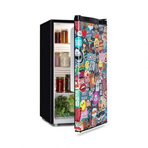 Klarstein Cool Vibe Kühlschrank, Energieeffizienzklasse A+, Volumen: 90 Liter, VividArt Concept: Tür mit Manga-Comic-Design Print, Crisper Fach, Geräuschentwicklung: 42 dB, schwarz
