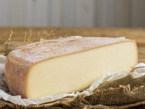 RACLETTE KÄSE – AKTION: Schweizer Raclettekäse 'RACLETTE SWISS' als 1/2 (halber) Käse Laib 2,4 kg – VAKUUMVERPACKT – Laktosefrei – Vegetarisches Lab – Aus bester Sommermilch